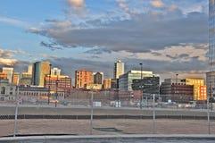 Конкретный город во время захода солнца над загородкой стоковые фотографии rf