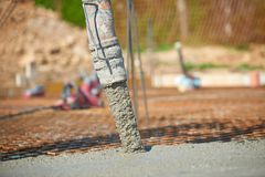 Конкретный лить во время коммерчески concreting полов здания стоковое изображение rf