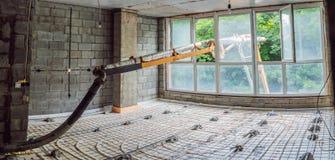 Конкретный насос льет конкретный в дом для того чтобы выровнять пол в квартире стоковые фотографии rf