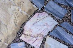 Конкретный пол с пестроткаными мраморными каменными слябами предпосылкой и текстурой стоковая фотография rf
