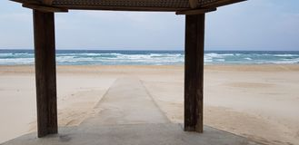 Конкретный след в песке запланированном для людей с ограниченными возможностями идет к морю стоковое изображение