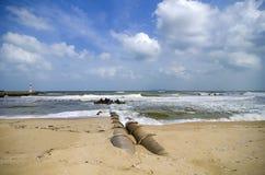 Конкретный трубопровод стока на береговой линии мягко белая волна ударяя beac стоковые изображения rf