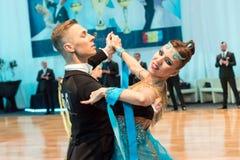 Конкуренты танцуя медленные вальс или танго Стоковое фото RF