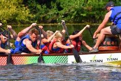 Конкуренты участвуя в гонке в шлюпке дракона на реке Ouse на St Neots Стоковое Изображение