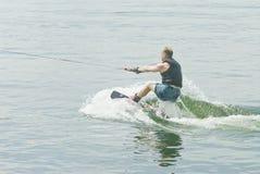 конкурент его по заведенному порядку начиная wakeboard Стоковые Фотографии RF