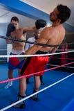 Конкурент молодого боксера пробивая мужской Стоковые Фотографии RF