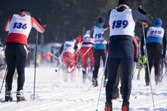 Конкуренции в гонках лыжи дисциплинируют, вызванный стартом числа людей в то же время стоковое фото
