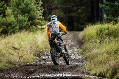 Конкуренции мотоцилк гонщика в enduro в древесинах Стоковые Фото