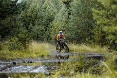 Конкуренции мотоцилк гонщика в enduro Стоковая Фотография RF