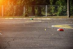 Конкуренции на автоматическом спорте на радио, 2 автомобиля на радио идут на дорогу асфальта, солнце, скорость стоковые изображения rf