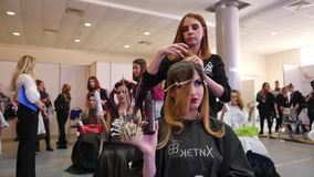 Конкуренция между парикмахерами Конкуренция моды Красивые модели и стили причёсок сток-видео