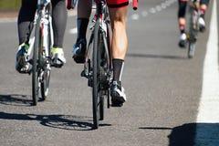 Конкуренция на дороге асфальта, взгляд задействуя гонки от позади Стоковая Фотография RF