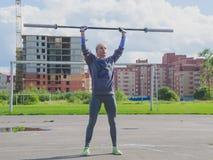 Конкуренция России Nikolskoe 21016 -го июля для девушки crossfit внутри раздражала бар над моей головой Стоковое Фото