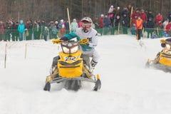 конкуренция участвовать в гонке snowmobile Стоковое Фото