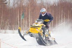 конкуренция участвовать в гонке snowmobile Стоковые Фотографии RF