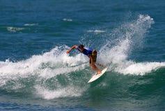 конкуренция bruce утюживет профессиональный серфер занимаясь серфингом Стоковая Фотография RF