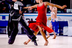 Конкурсный танец молодых людей и женщин спортсменов Стоковая Фотография RF