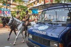 Конная полиция лошади патрулируя улицы в Kolkata к центру города, западная Бенгалия, Индия стоковые фотографии rf