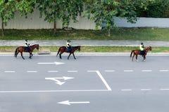 Конная полиция на шоссе Дорожная разметка показывая направление движения стоковые фото