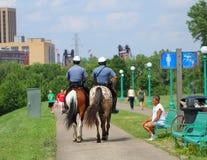 Конная полиция патрулирует Стоковое Изображение