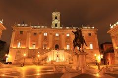 Конноспортивная статуя Маркуса Aurelius в Аркаде del Campidoglio на ноче, Риме Италии Стоковое Изображение RF