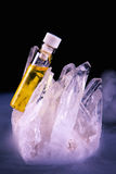 Конопли смазывают кристалл контейнера и кварца изолированный на черноте Стоковые Фото