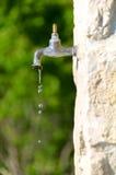 Консервация воды, старый faucet стоковое изображение rf