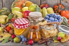 консервация еды огурцов замаринованная опарником стоковое фото