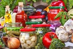 консервация еды огурцов замаринованная опарником стоковое фото rf