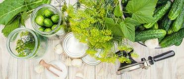 Консервация свежих огурцов дома Селективный фокус стоковые изображения rf