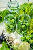 Консервация свежих огурцов дома Селективный фокус стоковая фотография rf