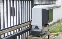 Консервооткрыватель двигателя для въездных ворота дома на дистанционном управлении стоковая фотография