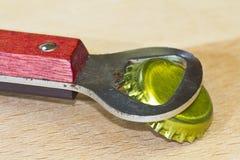 Консервооткрыватель бутылки с крышкой стоковое изображение
