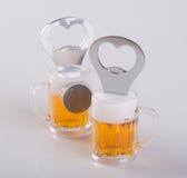 Консервооткрыватель или консервооткрыватель бутылки на предпосылке Стоковые Изображения RF