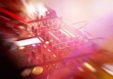 Консоль смесителя DJ в ночном клубе стоковые фотографии rf