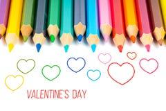 Конспектируйте сердца с красочными карандашами, карточкой дня ` s валентинки стоковое изображение rf