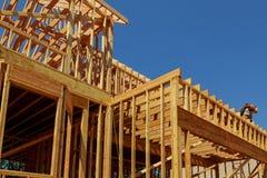 Конспект деревянного дома нового строительства обрамляя стоковое фото