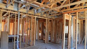 Конспект деревянного дома нового строительства обрамляя сток-видео