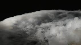 Конспект дыма облаков на черной предпосылке сток-видео