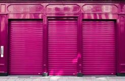Конспект закрытия дела с фиолетовым фасадом магазина стоковые изображения rf