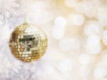 Конспект запачканный золотых шариков яркого блеска на сосне белой ели Стоковые Фото