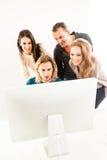 Конспект: Команда дела в офисе смотря стоковое фото