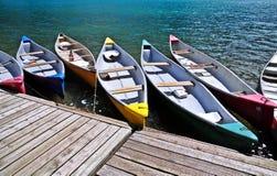 Конспект красочных шлюпок состыковал на озере морен в Канаде Стоковое Фото