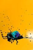 Конспект, клубника падающ в брызгать цвет молока инвертный Стоковые Фото