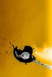 Конспект, клубника падающ в брызгать цвет молока инвертный Стоковые Изображения