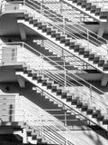 Конспект лестниц полов внешних в черно-белом стоковое фото rf