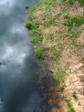 Конспект, облака и голубое небо отраженные на озере отделывают поверхность Стоковое фото RF