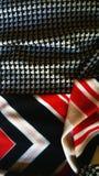 Конспект ткани Красный, черный, золото и белизна Смешанные картины стоковое фото rf