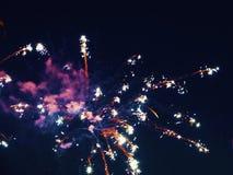 Конспект, фейерверки, неясное изображение звезды абстрактной картины конструкции украшения рождества предпосылки темной красные б стоковые фотографии rf