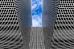 Конспект черных точек против металлической поверхности стоковое фото